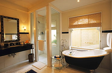 IND; India, Udaipur : Luxury Hotel resort of the Oberoi group. Udaivilas at the Pichola lake. Bathroom of a standard room. |