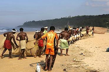 |IND, India, Kerala, Trivandrum : Fishermen at the beach, Malabar coast, south of Trivandrum |
