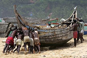 IND, India, Kerala, Trivandrum : Fishermen at the beach, Malabar coast, south of Trivandrum |