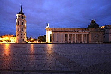 Illuminated St. Stanislaus Cathedral with detached bell tower, Varpine, Cathedral Square, Vilnius, Lithuania, Baltic States, Northeastern Europe