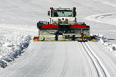 Snow groomer with cross-country ski-track machine