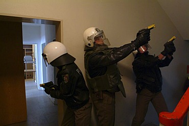 DEU, Germany, Essen : German police officer in a training situation where they learn to act in a madman situation. They should fight the gunman first before they look after victims. This is a result after a madman shooting in an Erfurt school in 2002 with