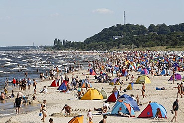 Baltic Sea beach in summer, lots of people, wind-protection tents, Bansin resort, Usedom Island, Mecklenburg-Western Pomerania, Germany, Europe
