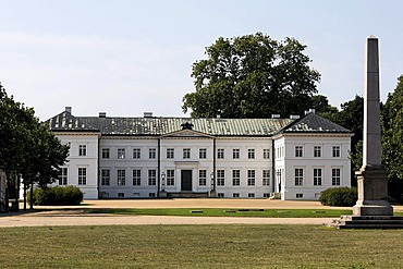 Neuhardenberg Palace, classical palace by the architect Schinkel, street front with obelisk, Oderbruch region, Maerkisch-Oderland district, Brandenburg, Germany, Europe