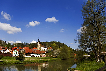 Wiesent River, St. Martinuskirche Church, Nankendorf, Franconian Switzerland, Bamberg District, Upper Franconia, Bavaria, Germany, Europe