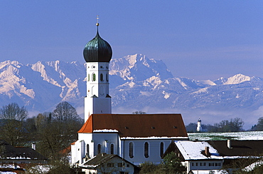 Town of Muensing against an Alpine backdrop, Mt. Zugspitze, Upper Bavaria, Bavaria, Germany, Europe