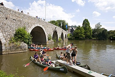 Canoeists on the Lahn River getting out of their canoes to avoid rapids, in front of the Alte Lahn Bridge, Wetzlar, Hesse, Germany, Europe