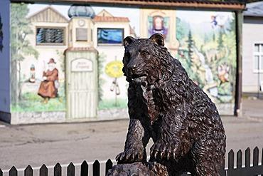 Bear sculpture at Baerwurzerei Hieke in Zwiesel, Bayerischer Wald, Lower Bavaria, Germany