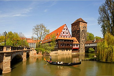 Maxbruecke Bridge, Weinstadel, hangman¥s flat above the Pegnitz River, venetian gondola, historic city centre, Nuremberg, Middle Franconia, Bavaria, Germany, Europe