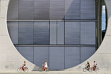 Cyclists riding in front of Marie-Elisabeth-Lueders Haus, Regierungsviertel, government quarter, Berlin, Germany, Europe