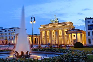 Fountain in front of Brandenburg Gate on Pariser Platz, evening mood, Berlin, Germany, Europe