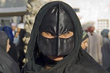 Portrait veiled woman bei Nizwa Oman