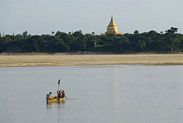 Rowing boat on the Irawadi River in front of the Shwezigon Pagoda, Bagan, Myanmar, Southeast Asia