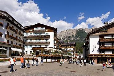 Main street of Cortina d¥Ampezzo, Dolomites, Veneto, Italy, Europe