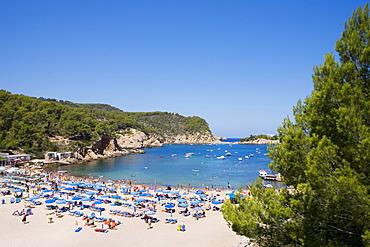 Tourists on the beach, Port Sant Miquel, Platja de Sant Miquel, Ibiza, Balearic Islands, Spain, Europe