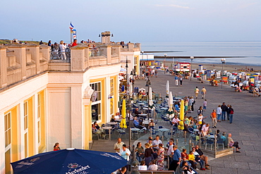 People in front of the Wandelhalle on the sea front, Borkum, East Frisian Islands, East Frisia, Lower Saxony, Germany, Europe