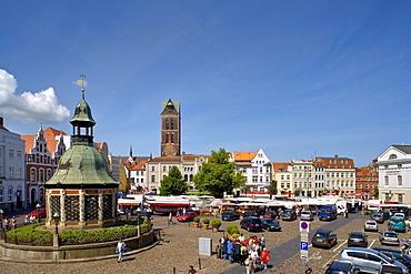 """""""Wasserkunst"""" and the Marienkirche Church, Marktplatz Square, Wismar, Mecklenburg-Western Pomerania, Germany, Europe"""