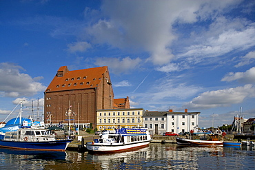 Warehouse on the harbour, boats in front of it, Baltic Sea, Mecklenburg-Western Pomerania, Germany, Europe