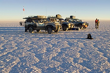 Fourwheeldrive vehicle with tourists on the Salar de Uyuni, Bolivia