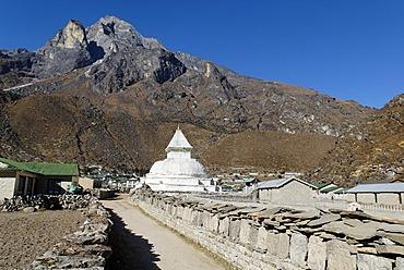 Sherpa village Khumjung, holy mountain Khumbi Yul Lha (Khumbila, 5761), Sagarmatha National Park, Khumbu Himal, Nepal