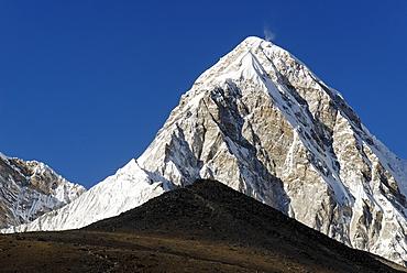 Pumori peak (7161) and Kala Patthar (Patar, 5550), Khumbu Himal, Sagarmatha National Park, Nepal