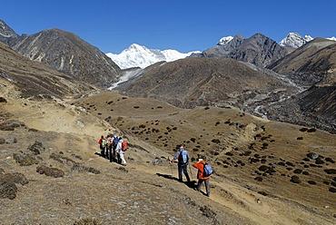 Trekking group on the way to Gokyo with Cho Oyu (8201), Sagarmatha National Park, Khumbu Himal, Nepal