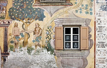 Clagluena Haus, historic building with sgraffito wall decor and wall murals, dating to 1647, Ardez, Lower Engadine, Grisons, Switzerland, Europe