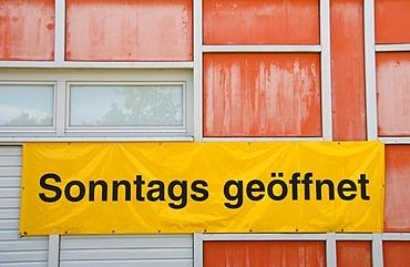"""Banner """"Sonntags geoeffnet"""""""