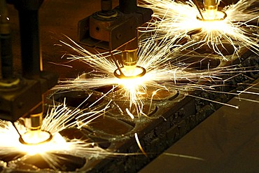 Bulky plate treatment - cutting with a cutting torch. Mechanical manufacturing.