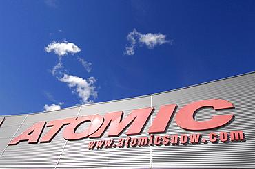 "Sign: ""ATOMIC - www.atomicsnow.com"". Amer Sports - Atomic Austria GmbH, Altenmarkt / Pongau - Austria."