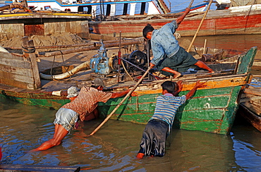 Dock workers releasing a ship, Mandalay, Burma, Asia