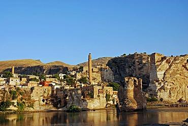 Old bridge over the Tigris River, Hasankeyf, southeastern Anatolia, Turkey, Asia