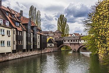 Pegnitz river with the Henkersteg footbridge and the Henkerhaus building, Nuremberg, Middle Franconia, Bavaria, Germany, Europe