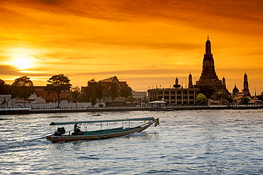 Wat Arun, Temple of Dawn, Ruea Hang Yao or long tail boat on the Chao Phraya River, at sunset, Bangkok, Thailand, Asia