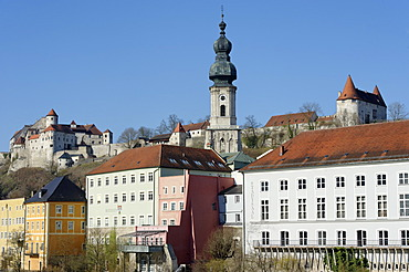 Historic centre with the parish church of St Jakobus and the castle, Burghausen, Upper Bavaria, Bavaria, Germany, Europe