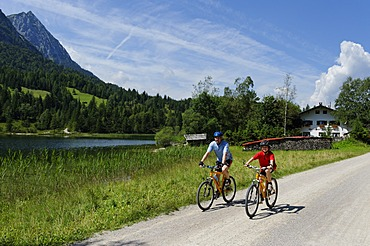 Cycling tour with mountain bikes, father and son at Lake Ferchensee, Mittenwald, Karwendel Mountains, Werdenfelser Land, Upper Bavaria, Bavaria, Germany, Europe