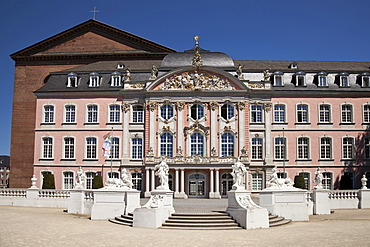 Electoral Palace, the Basilica of Constantine at the back, Trier, Rhineland-Palatinate, Germany, Europe