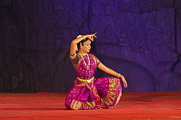Dancer at a performance during the annual dance festival in Mahabalipuram, Tamil Nadu, India, Asia