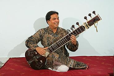 Sitar player, Bareilly, Uttar Pradesh, India, Asia
