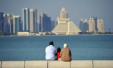 Family on corniche, promenade, Sheraton Hotel, skyline of Doha, Qatar, Persian Gulf, Middle East, Asia