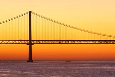 25 de Abril Bridge, Ponte 25 de Abril, 25th of April Bridge, at dawn, River tagus, Tejo River, Lisbon, Portugal, Europe