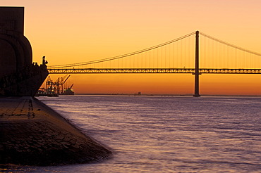 25 de Abril Bridge, Ponte 25 de Abril, 25th of April Bridge, and Monument to the Discoveries, at dawn, River tagus, Tejo River, Lisbon, Portugal, Europe