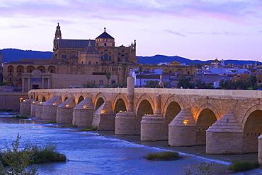 Roman bridge crossing the Guadalquivir River, looking towards the Mosque Cathedral of Cordoba, Cordoba, Andalusia, Spain, Europe
