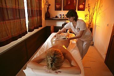 AUT, Austria, Neustift-Milders, Stubai Valley: Wellness. young woman in a spa. Ayurvedic massage. Wellness-Spa Hotel Milderer Hof. |