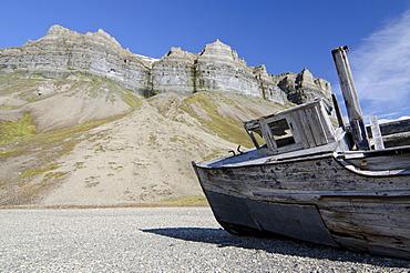Old boat, probably built in 1918, on the beach below the bird cliffs of Skansen in Skansbukta, Billefjorden, Isfjorden, Spitsbergen, Svalbard, Norway, Europe
