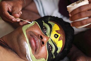 Kathakali dancer getting his make up done, Pachcha character, Kerala, India, Asia