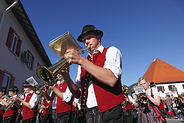 Harmoniemusik Pfronten musical society, parade to celebrate the returning of the cattle to their respective owners, Pfronten, Ostallgaeu district, Allgaeu region, Swabia region, Bavaria, Germany, Europe