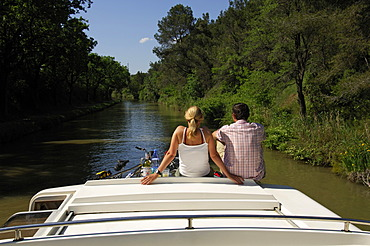 Couple on a yacht, Canal du Midi, Midi, France, Europe