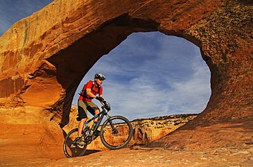 Mountain biker, Wilson Arch, Moab, Utah, USA