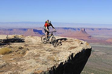 Mountain biker, Porcupine Rim Trail, Castle Valley, Moab, Utah, USA